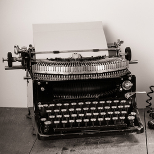 Schreibmaschine im Retro Style. Ein Symbol für Buchhaltung Dresden. Buchen laufender Geschäftsvorfälle.