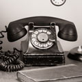 Ein antikes Telefon. Betriebswirtschaftliche Beratung ist ein Service der Buchhaltung Dresden.