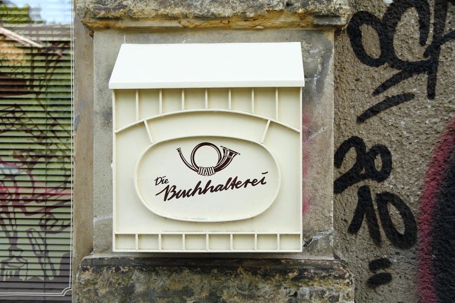 Postkasten vor dem Haus der Buchhalterei in Dresden